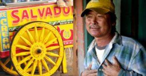 Limang Piso na Lamang ang Pera ng Babae Kaya Ibinigay na Lang Niya Rito ang Paninda; Hindi Inaasahang Sorpresa ang Kapalit nito